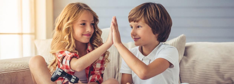 Jonge kinderen geven high five