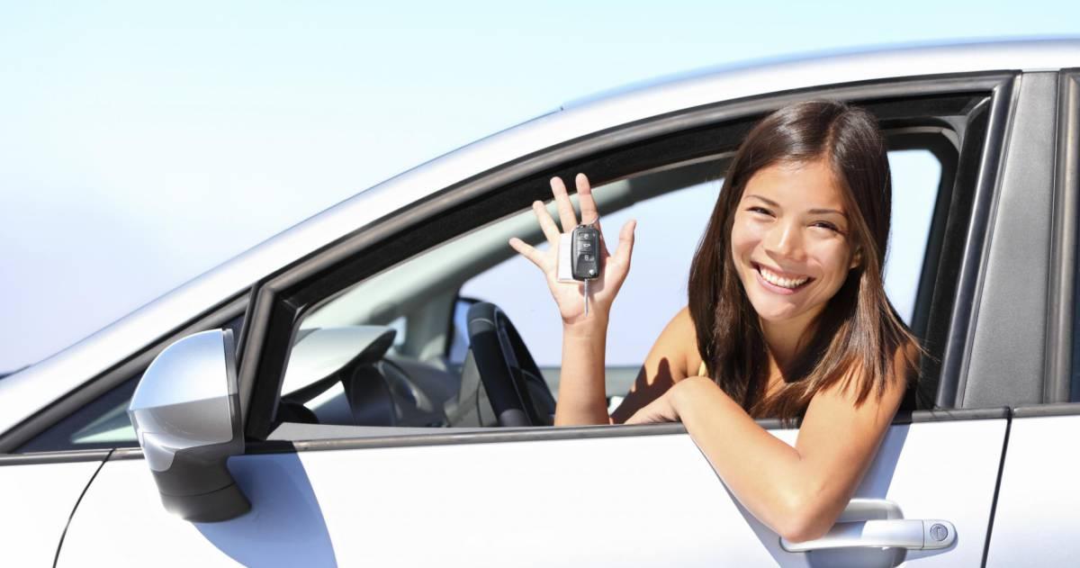 Vrouw met autosleutel